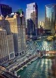 Chicago-` s viele Formen des Transportes während eines reflektierenden Morgens stockfotografie