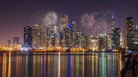 Chicago-Skyline auf Michigansee mit Feuerwerken nachts Lizenzfreie Stockfotos