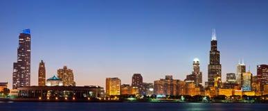 Chicago-Skyline an der Dämmerung. Stockfoto