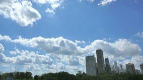 Chicago-Skyline mit den Wolken, die den Himmel kreuzen stock footage