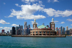 Chicago-Skyline mit Marine-Pier stockbild