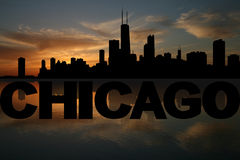 Chicago-Skyline reflektiert mit Text und Sonnenuntergang Stockfotos