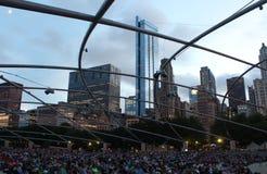 Chicago-Skyline und -publikum bei Jay Pritzker Pavilion nachts, Jahrtausend-Park, Chicago lizenzfreie stockfotografie