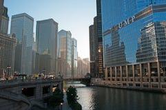 Chicago: Skyline und Trumpf ragen von der Michigan-Alleen-Brücke auf Chicago River am 22. September 2014 hoch Lizenzfreie Stockbilder
