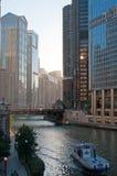 Chicago: Skyline und Trumpf ragen von der Michigan-Alleen-Brücke auf Chicago River am 22. September 2014 hoch Stockfoto
