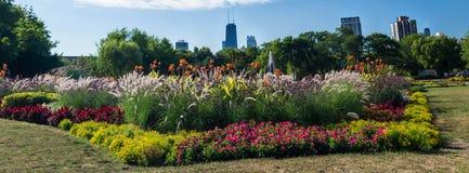 Chicago-Skyline von Lincoln Park Conservatory Stockfotos