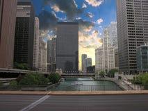 Chicago skyskrapor över floden, USA Arkivfoto