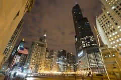 Chicago som är i stadens centrum på den molniga natten royaltyfria foton