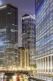 Chicago som är i stadens centrum vid natt, Illinois Arkivbild