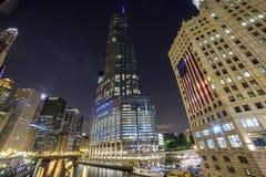 Chicago som är i stadens centrum vid natt, Illinois Arkivfoto