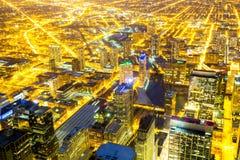 Chicago stad som är i stadens centrum på natten Arkivfoto