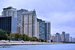 Chicago stadsbyggnader bredvid Michigan sjön Arkivfoto