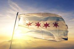 Chicago-Stadt des Flaggentextilstoffgewebes Vereinigter Staaten, das auf den Spitzensonnenaufgangnebelnebel wellenartig bewegt lizenzfreies stockbild