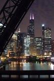 Chicago-Stadt-Nachtansicht - von einer Brücke über dem Chicago-Fluss Lizenzfreie Stockbilder
