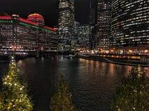 Chicago-Stadtbild belichtet mit den Weihnachtsfeiertagsdekorationen und Stadtnachtlichtern, die über den Fluss und die Bäume in d Lizenzfreie Stockbilder