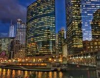 Chicago-Stadtbild belichtete Nachtlichter auf den reflektierenden Gebäuden und dem Fluss Lizenzfreie Stockfotos