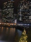 Chicago-Stadtbild belichtete Nachtlichter auf den reflektierenden Gebäuden und dem Fluss Lizenzfreie Stockbilder