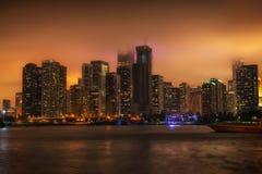 Chicago-Stadtbild nachts mit dem Nebelrollen herein lizenzfreies stockfoto