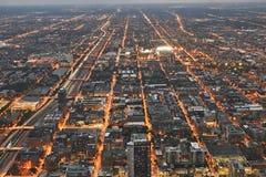 Chicago-Stadtbild während des Sonnenuntergangs nachts Genommen von oben genanntem bei Skydeck Willis Tower Eisenbahn im Anblick Lizenzfreie Stockfotos