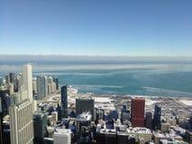 Chicago-Stadtskyline tagsüber Wasser, Himmel und Wolken Lizenzfreie Stockfotos