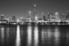 Chicago strandpanorama på natten, USA Arkivfoton