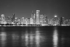 Chicago strandpanorama på natten, USA Arkivbild