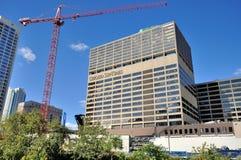 Chicago Sun-Times und Bau neben Chicago River stockbild