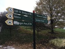 Chicago tecken till museumuniversitetsområdet och soldaten Field arkivbilder