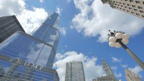 Chicago-Trumpf-Turm-Wolkenkratzer mit den Wolken, die den Himmel kreuzen stock video footage