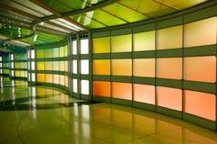 Chicago, U.S.A., il 16 ottobre 2011 Terminale variopinto e scala mobile nell'aeroporto di Chicago Immagini Stock Libere da Diritti