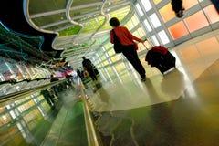 Chicago, U.S.A., il 16 ottobre 2011 Terminale variopinto e scala mobile nell'aeroporto di Chicago Fotografia Stock