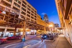 Chicago USA: Gata i i stadens centrum Chicago på natten Fotografering för Bildbyråer