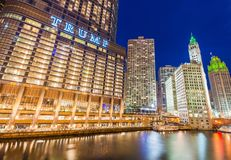 Chicago USA: I stadens centrum Chicago på natten Royaltyfria Bilder