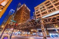 Chicago USA: I stadens centrum Chicago på natten Tunnelbanadrev som passerar den Wabash avenyn Royaltyfri Foto