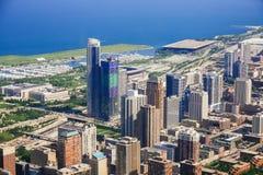 CHICAGO USA - 20 Juli, 2017: Flyg- sikt av cityscape av Chicago på solnedgången Arkivfoto