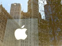 Chicago USA - Juni 06, 2018: Apple logo på det Apple lagret på M Arkivfoton