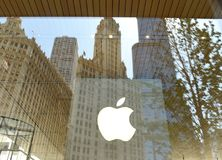 Chicago USA - Juni 06, 2018: Apple logo på det Apple lagret på M Arkivfoto