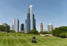 Chicago USA - Juni 05, 2018: Arbetare som mejar gräs i det stora Iet Royaltyfri Fotografi