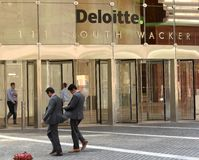 Chicago, USA - 6. Juni 2018: Leute nahe Büro Deloitte-COM stockfotos
