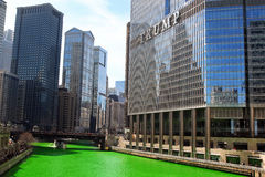 Chicago USA - mars 11, 2017: Gröna Chicago River, helgon Patric arkivbild
