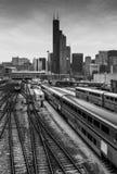 Chicago USA: Sikt av i stadens centrum Chicago, Willis Tower, omgeende byggnader, järnvägen och Amtrak drev Royaltyfria Bilder