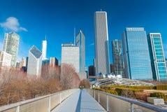 Chicago USA: Sikt av skyskrapor och kontorsbyggnader i i stadens centrum Chicago Nichols Bridgeway i millenium parkerar Arkivfoton