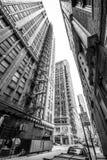 Chicago USA: Sikt till och med den smala gatan mellan skyskrapor i i stadens centrum Chicago Arkivfoto