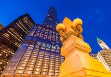 Chicago USA: Trumftornskyskrapa på natten Royaltyfria Bilder