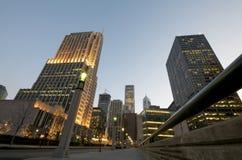 Chicago van de binnenstad bij Nacht stock foto