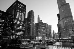 Chicago van de binnenstad bij nacht in zwart-wit Stock Foto's