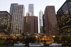 Chicago van de binnenstad bij schemer Stock Afbeeldingen