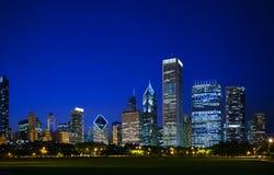 Chicago van de binnenstad, IL in de avond Stock Foto's