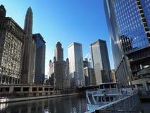 Chicago van de binnenstad op de Rivier van Chicago stock fotografie