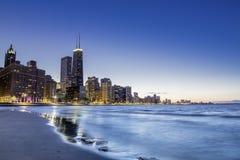 Chicago vid skymning Royaltyfria Bilder